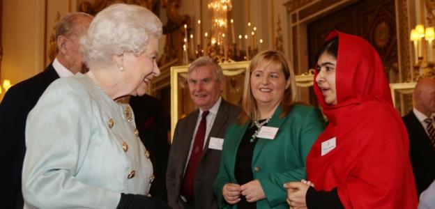 Малала се среща с кралица Елизабет II