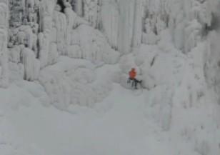 Смелчаци изкачиха замръзналия Ниагарски водопад