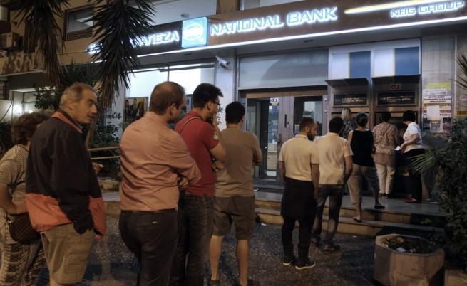 Гърците започнаха да се редят на опашки още през нощта след обръщението на премиера Ципрас