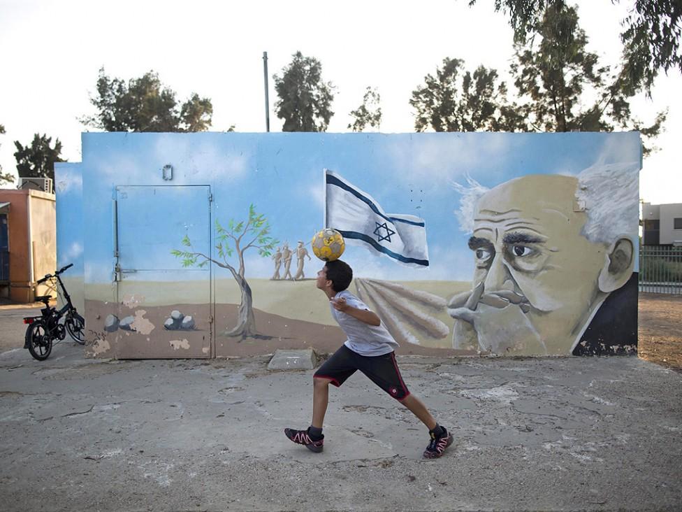- Нови убежища, изградени и изрисувани точно една година след конфликта между Израел и ХАМАС, буквално красят израелската граница с Газа.