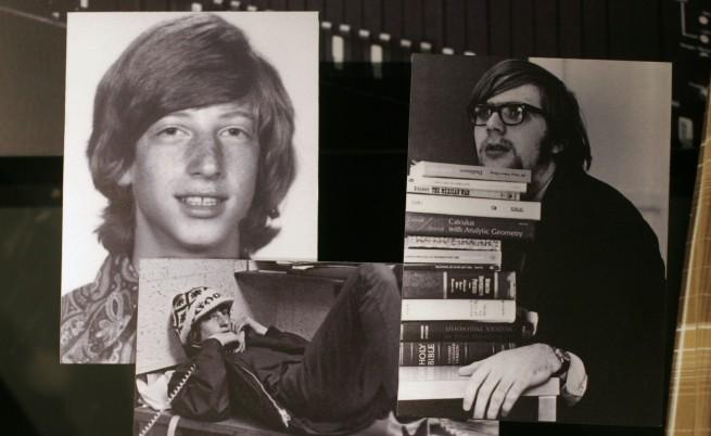 Съоснователите Бил Гейтс (вляво), все още почти хлапе, и Пол Алън (зад книгите)