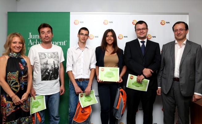 Отборът, класиран на първо място, заедно с ментора им, Цветан Бучков, NN, М. Стойчева, JA България и Н. Стойков, NN