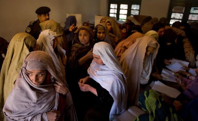 Пакистанки гласуват на избори