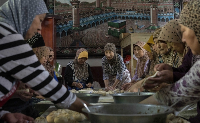 Домакините приготвят трапезата за отпразнуването на края на свещения месец Рамадан, наричан още Разаман