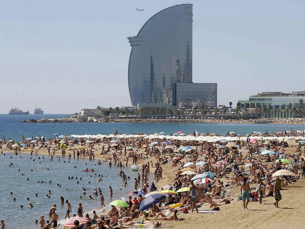 - Хиляди туристи се наслаждават на слънчевото време на плажа Барселонета в Барселона, Испания