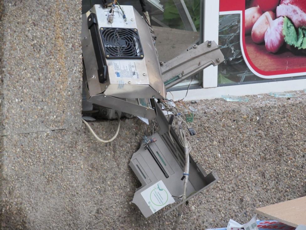 - Взривиха банкомат в Русе тази нощ. Напълно унищожен е и магазинът, където е монтиран. По първоначална информация крадците не са успели да вземат пари...