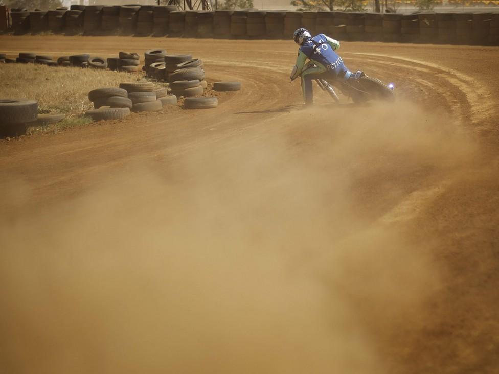 """- Не далеч от ремонтираната писта Куалами за F1 в Йоханесбург, се намира една малка писта, която привлича смели """"бензинови глави"""" които през уикенда се..."""