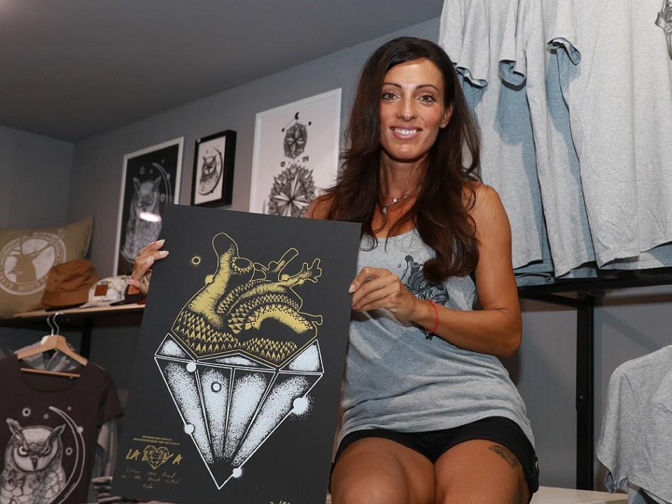 - Най-бързата българка Ивет Лалова раздаде автографи на свои фенове и представи лично ексклузивна и лимитирана серия дрехи. С колекцията Ивет иска да...