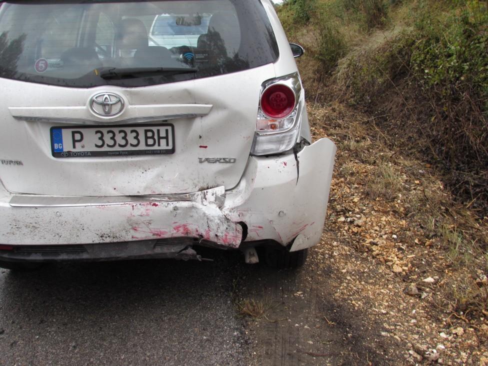 - Двама души пострадаха тежко, след като автомобилът им се удари в дърво на изхода на русенското село Басарбово, а след това се блъснаха още две коли.