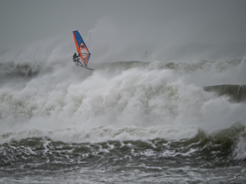 - Да сърфираш в бурята