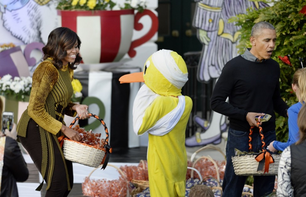 - Президентът на САЩ Барак Обама и първата дама Мишел посрещнаха десетки супергерои и принцеси и дори едно момче, маскирано като самия президент с...