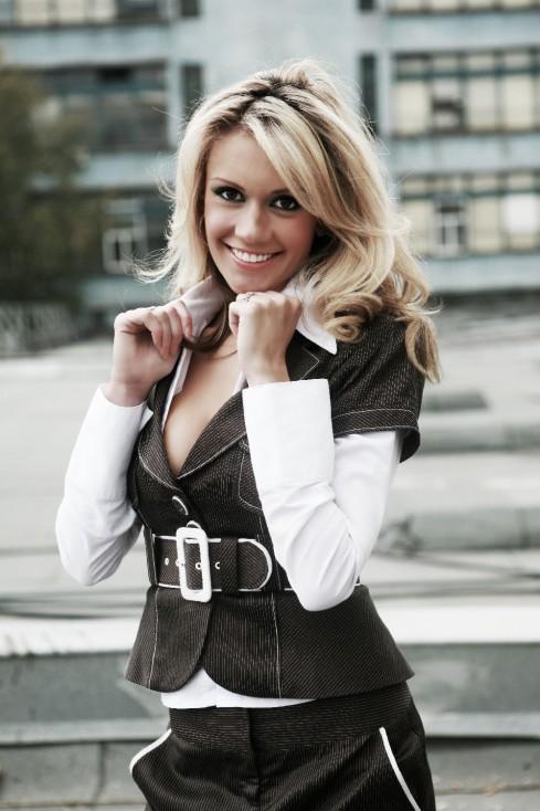 - Тя е една от най-очарователните, усмихнати и обичани водещи в българския телевизионен ефир, а комбинацията от красота, интелект и чувство за хумор я...