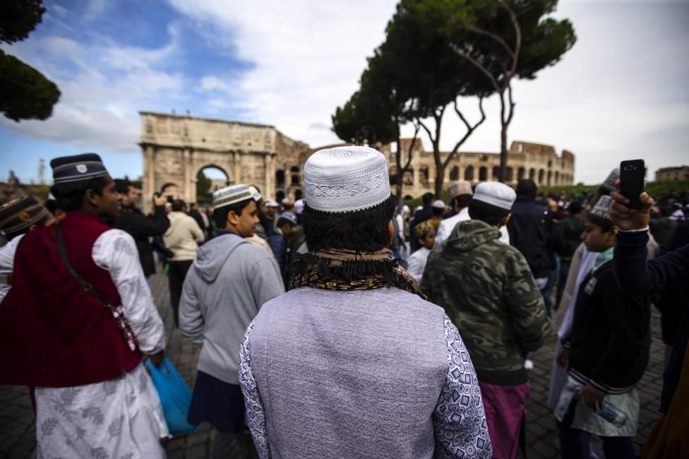 """- Хиляди мюсюлмани се събраха на 21 октомври на масова петъчна молитва пред Колизеума в Рим. Така те изразиха недоволството си от затварянето на """"мини..."""