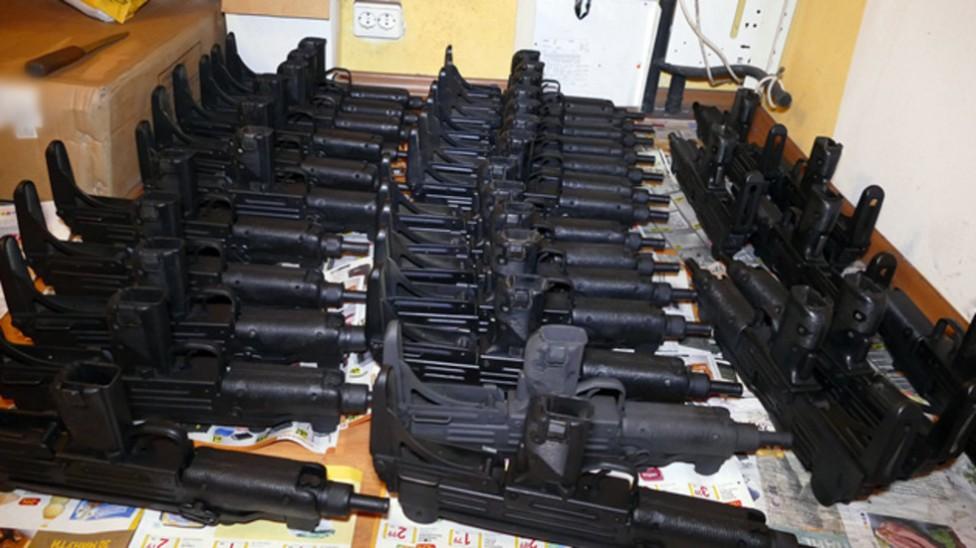 - Рекордно количество незаконно оръжие хванаха службите у нас. Апартаменти в София били превърнати в складове за картечни пистолети и боеприпаси...