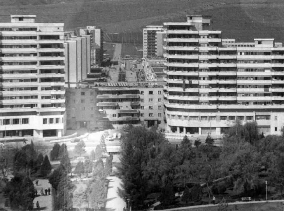 - През 1987 г. в румънския град Алба Юлия планират изграждането на огромен булевард, но една огромна сграда в съветски стил буквално се изпречва на...