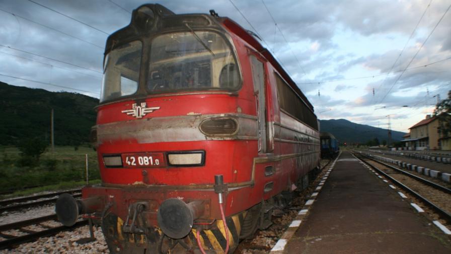 Два локомотива дерайлираха между Зимница и Стралджа