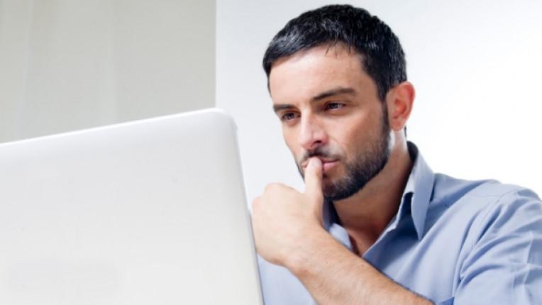 мъж компютър лаптоп интернет онлайн