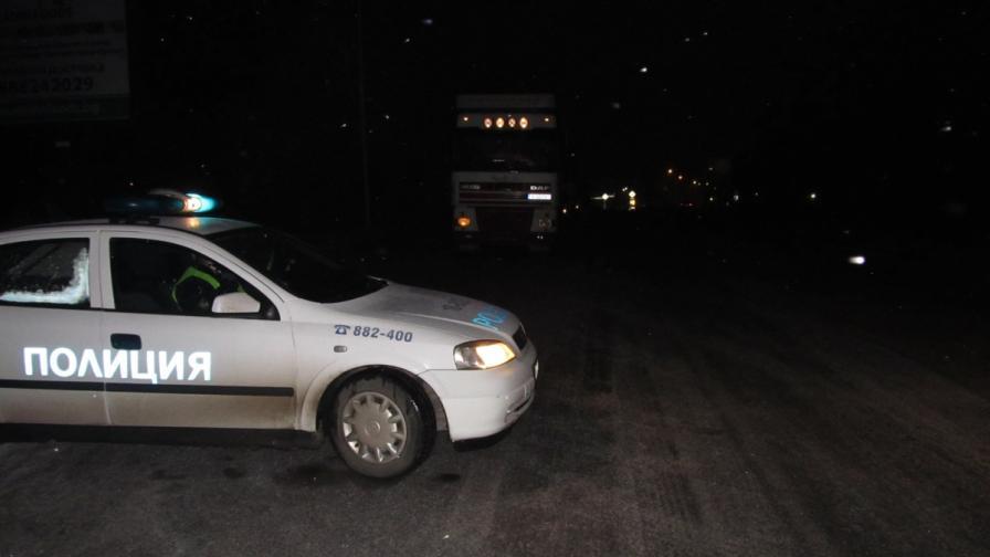 Маскирани ограбиха със стрелба търговци край Хасково