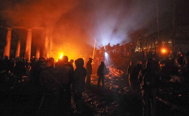 Активисти на опозицията укрепват барикадите в центъра на Киев