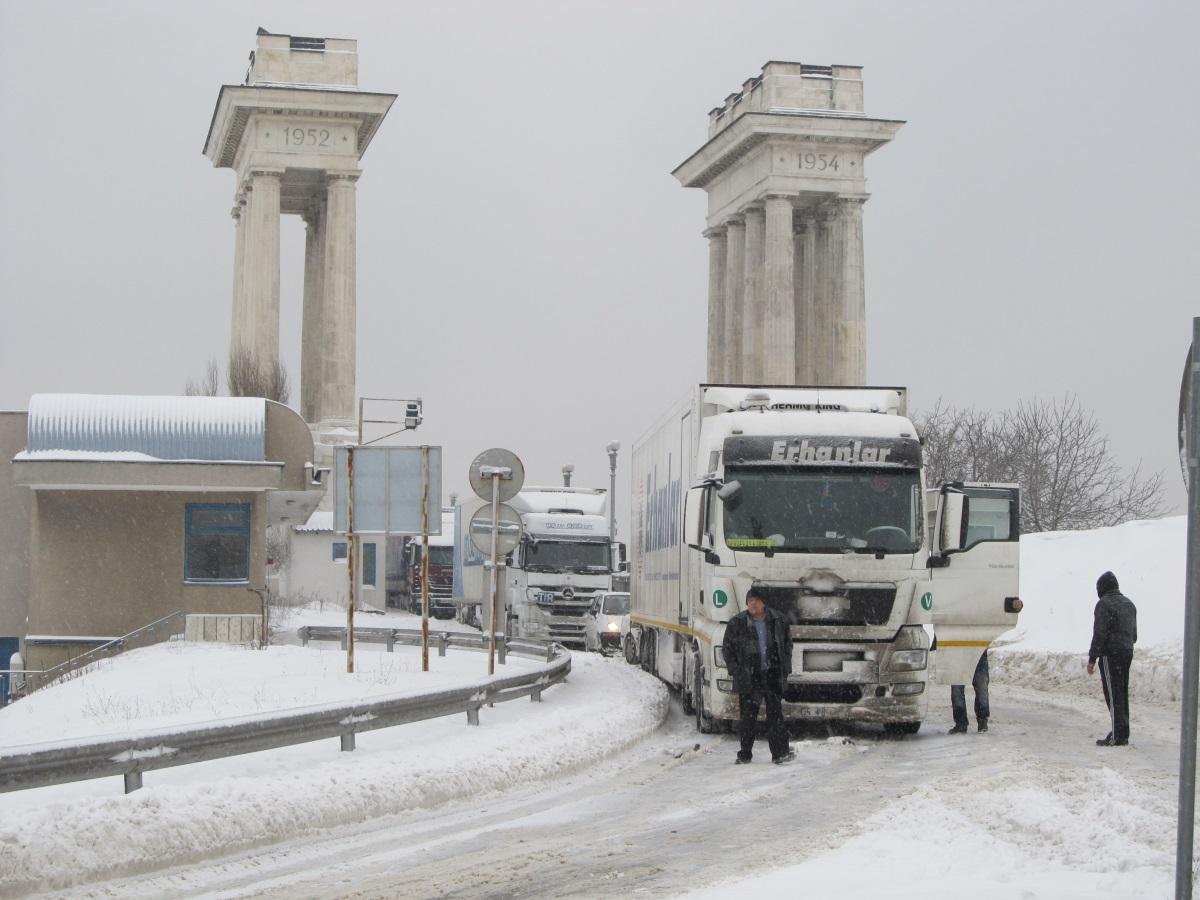 Аварирал румънски ТИР блокира за пет часа движението в района на Дунав мост край Русе