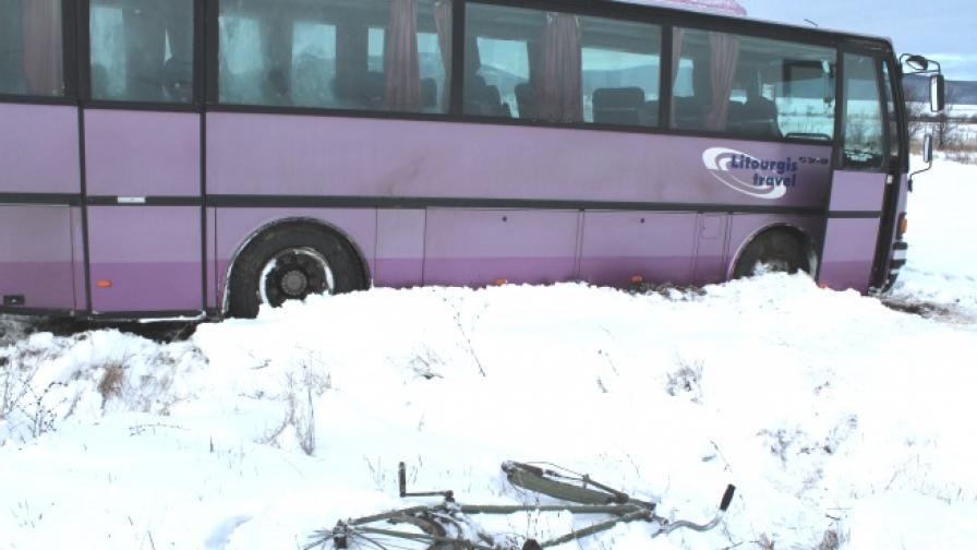 Автобус с 30 пътници блъсна колоездач, няма други ранени