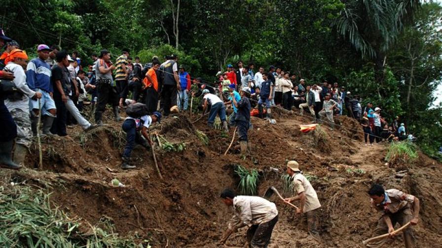 Свлачище погреба петима в Индонезия