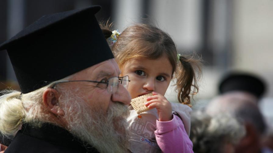 Десетки изпратиха храна и дарения за хората в дома на отец Иван