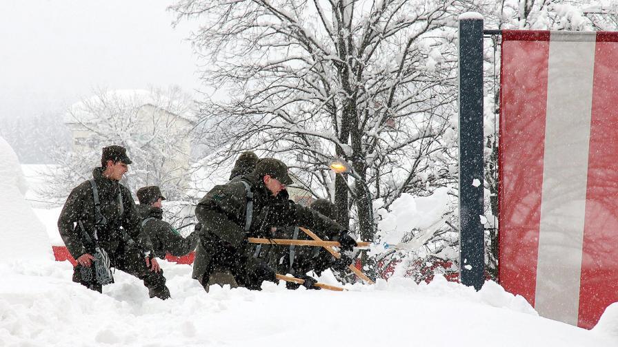 Сняг и наводнения парализират големи части от Европа