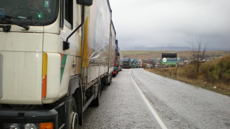 Турските превозвачи плашат с пълно затваряне на границата