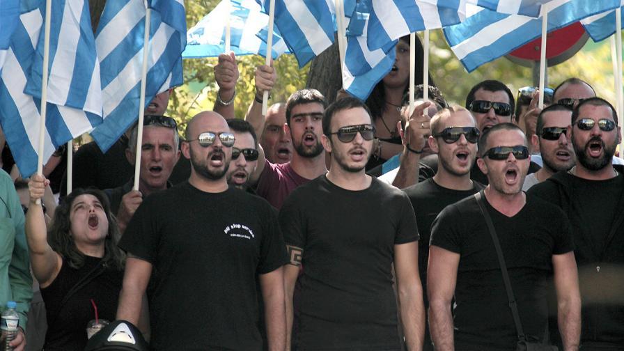 """Привърженици на """"Златна зора"""". Партията остава трета по популярност в Гърция"""