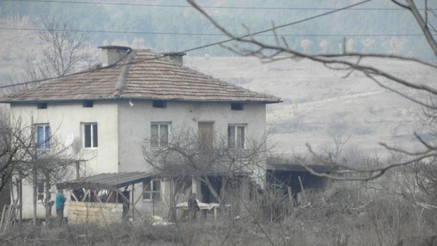 54-годишен се обеси пред дома си в село край Симитли