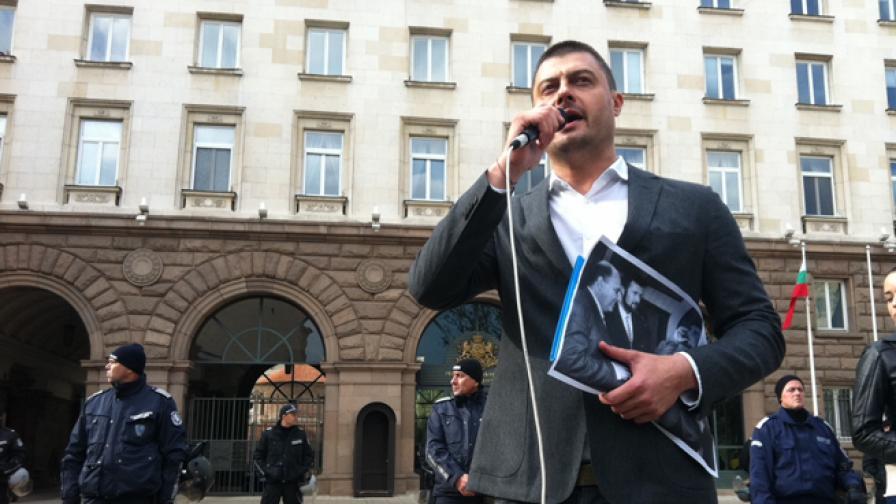 Николай Бареков на един от организираните от него протести пред Президентството