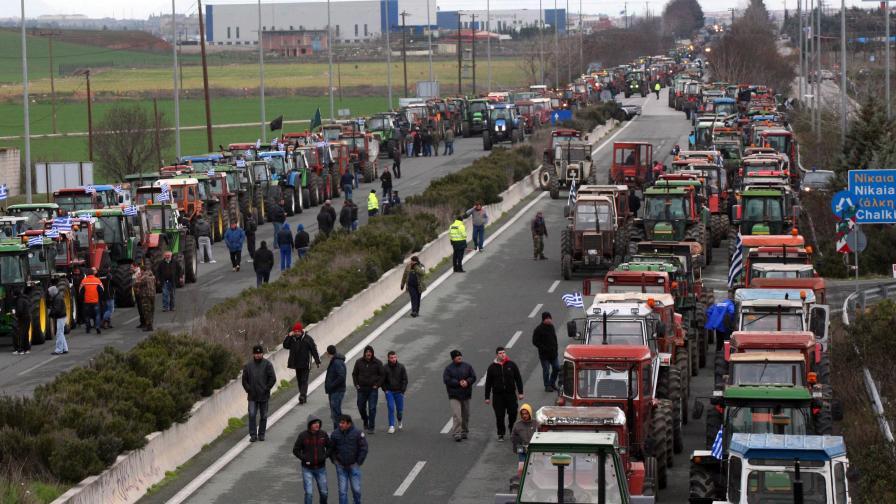 Гръцки фермери готвят пътна блокада със стотици трактори