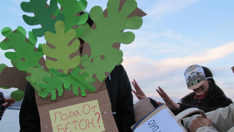 Кадър от протестите на еколози срещу застрояването на природен парк Странджа