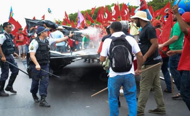 Сълзотворен газ срещу протестиращи безимотни селяни в Бразилия