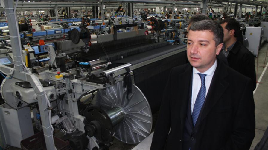 Министърът на икономиката: Отлепяме се от дъното