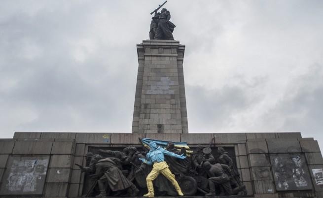 Москва иска наказания за поредното боядисване на Паметника на съветската армия