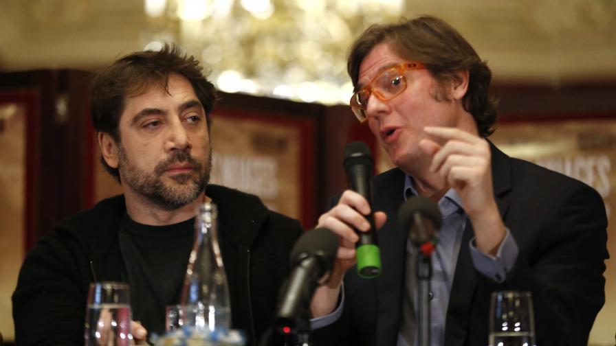 Хавиер Бардем (вляво) и режисьорът Алваро Лонгория при представянето на филма в Париж на 18 февруари
