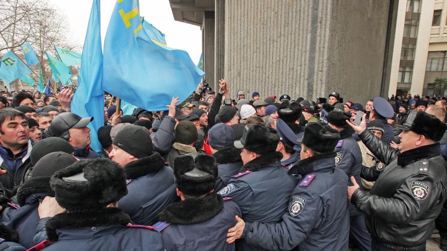 Проукраински протестиращи нахлуха в парламента на Крим