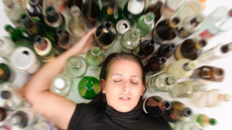алкохол жена бутилка