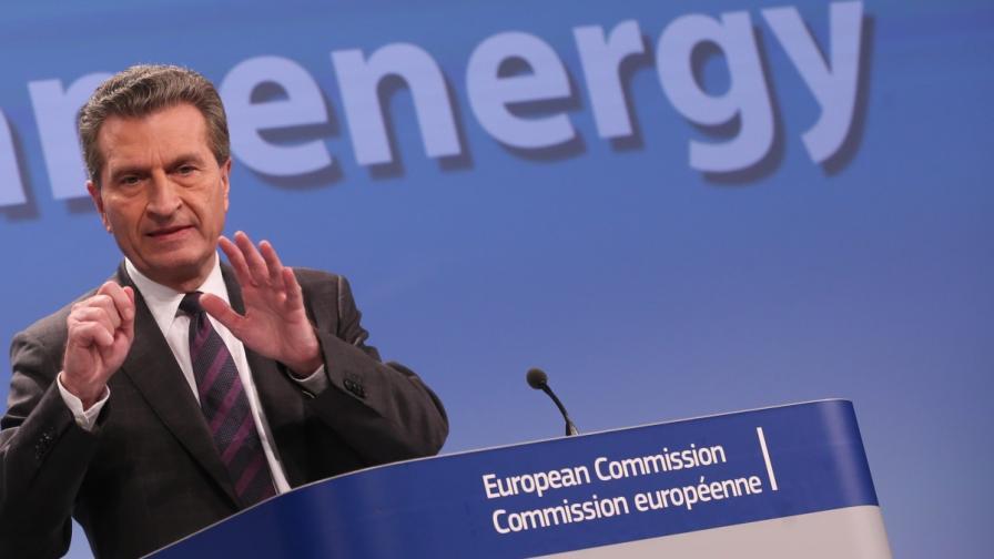 Йотингер: ЕС ще помогне на Украйна с дълга за газ към Русия