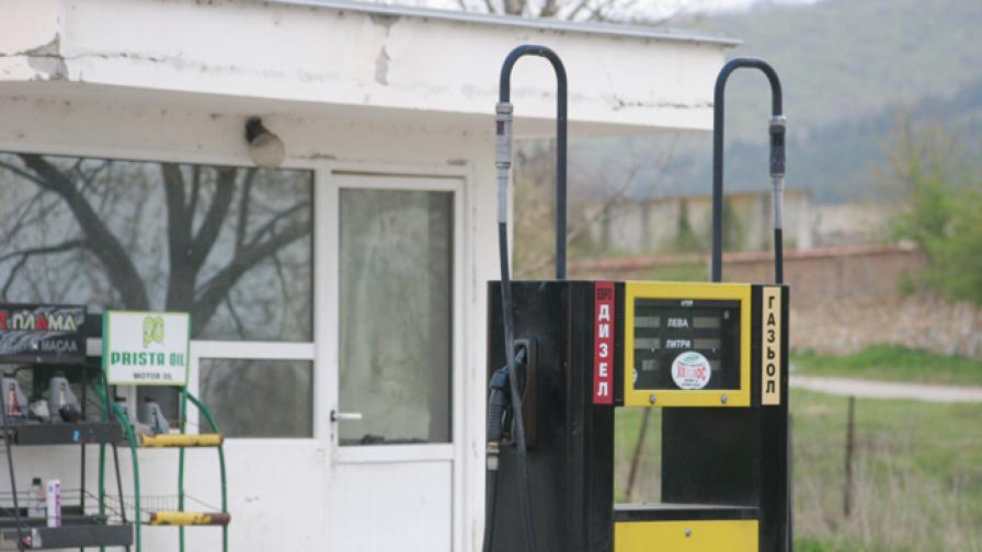 Крадци пребиха жестоко служител на бензиностанция