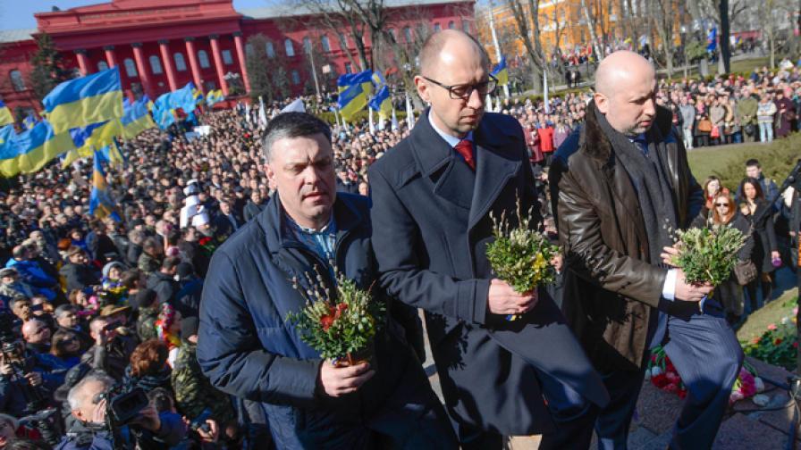 Олех Тяхнибок, Арсений Яценюк и Олександър Турчинов поднасят цветя на паметника на Тарас Шевченко