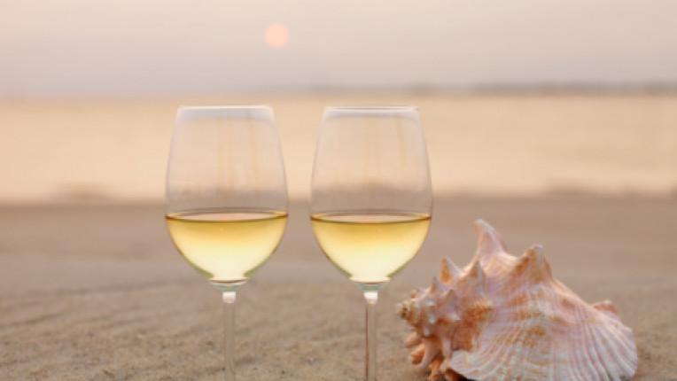 бяло вино чаши