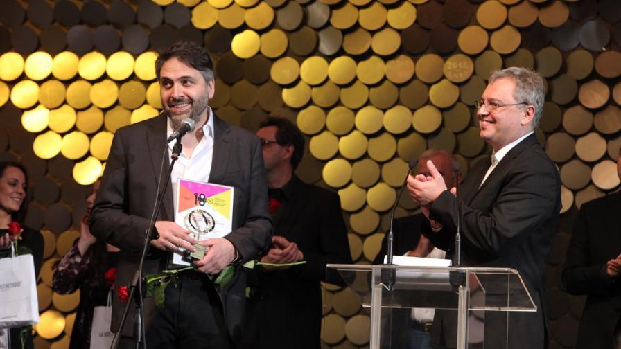 Грузинският режисьор Леван Когуашвили получава наградата от фестивалния директор Стефан Китанов