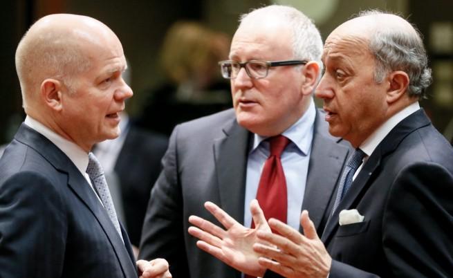 Външните министри на Великобритания  Уилям Хейг (л), на Холандия  Франс Тимерманс (ц), и на Франция - Лоран Фабиюс