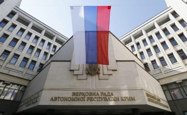 Руското знаме се вее на фона на сградата на кримската Върховна рада