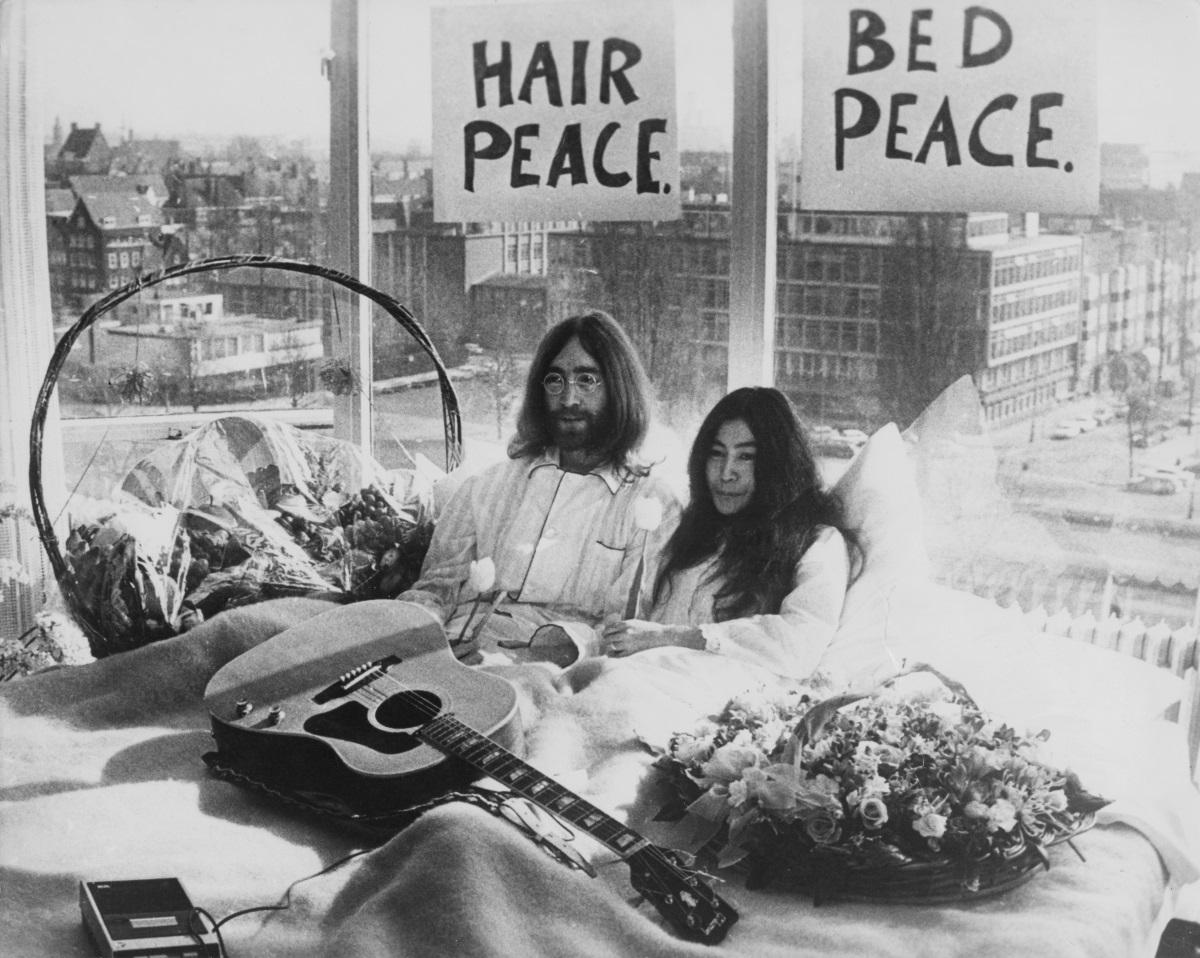 <p>В леглото им в президентския апартамент в хотел Хилтън, в Амстердам на 25 март 1969 г. Двойката обявява, че възнамерява да не мръдне от леглото си в продължение на седем дни, &quot;в знак на протест срещу войните и насилието по света&quot;.</p>