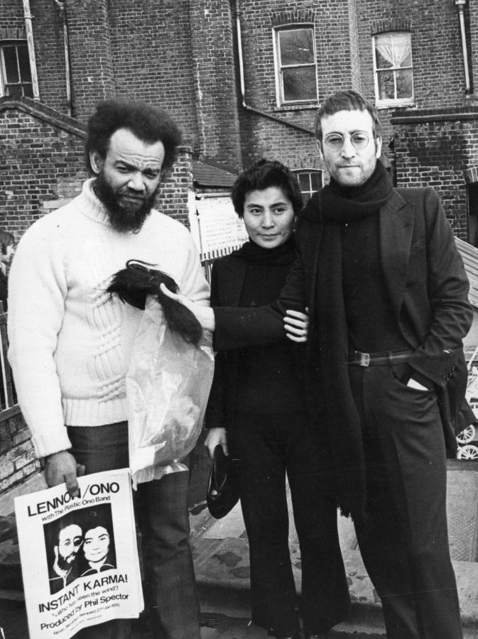 <p>Джон Ленън и Йоко Оно дават отрязаните си коси на активиста за граждански права Майкъл Екс в замяна на чифт шорти на боксьора Мохамед Али.</p>