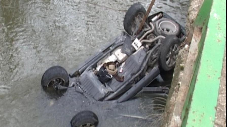 Откриха труп на мъж в джип, потънал в река Чая